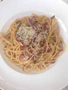 Spaghetti Carbonara: Spaghetti with bits of bacon and egg and served with cream sauce.