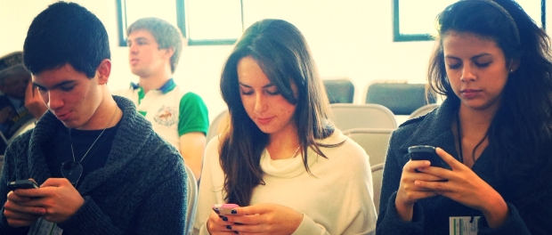 Students becoming more addicted to smartphones. Photo by Esther Vargas under Creative Commons License.