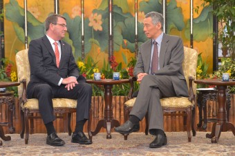 Singapore Prime Minister Lee Hsien Loong meets with the U.S. Secretary of Defense, Ash Carter (Creative Commons License).