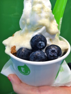 Medium frozen yogurt topped with crushed caramelized cookies, blueberries, and white chocolate sauce. Photo by Christen Yu.