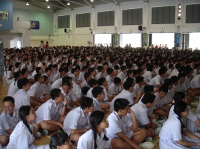 Students_of_Nan_Hua_High_School,_Singapore,_in_the_school_hall_-_20060127