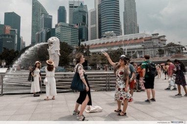 Merlion Park at Marina Bay on any given day, filled with tourists. Source: thesmartlocal.com